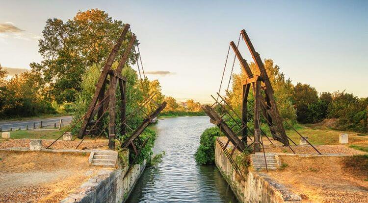 Van Gogh'un resimlerine konu olan Langlois Köprüsü'nün bugünkü hali