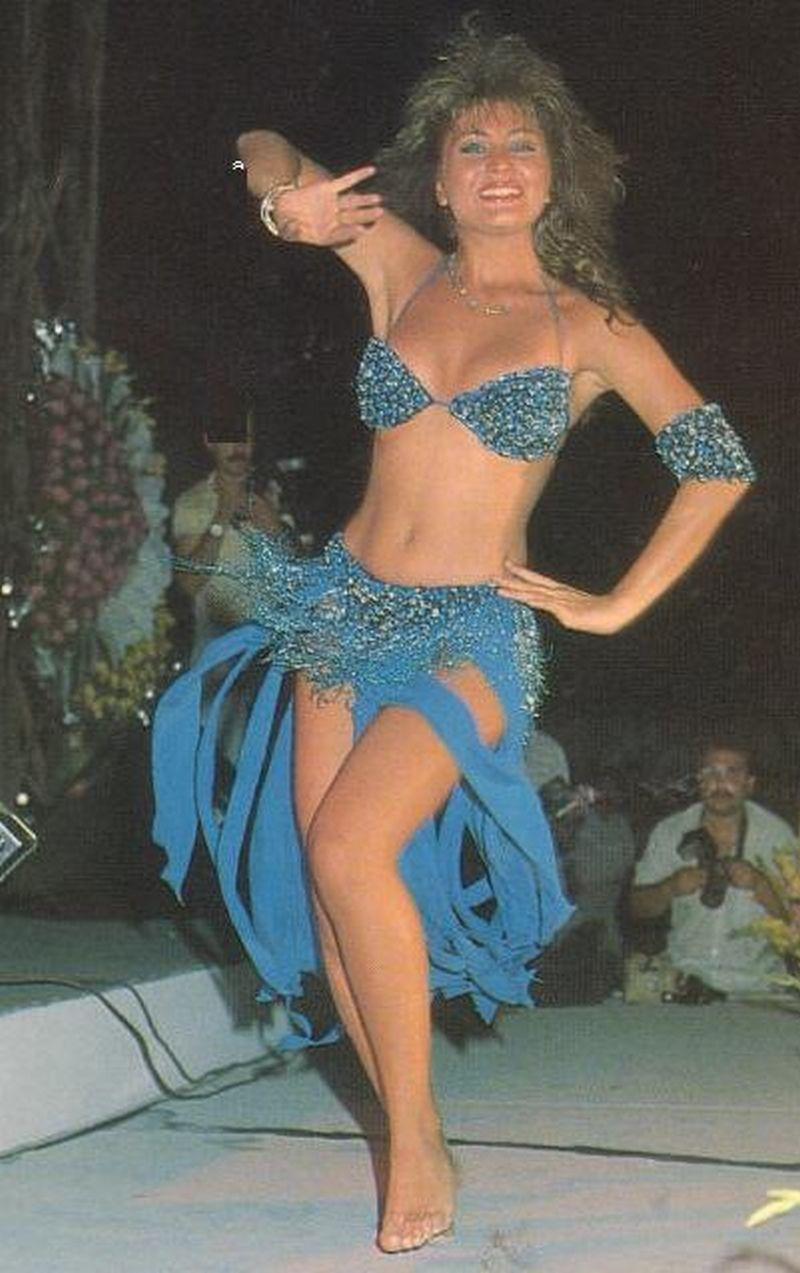Sibel Canın meşhur olduğu yıllara ait dansözlük yaparken çekilmiş fotoğrafı.